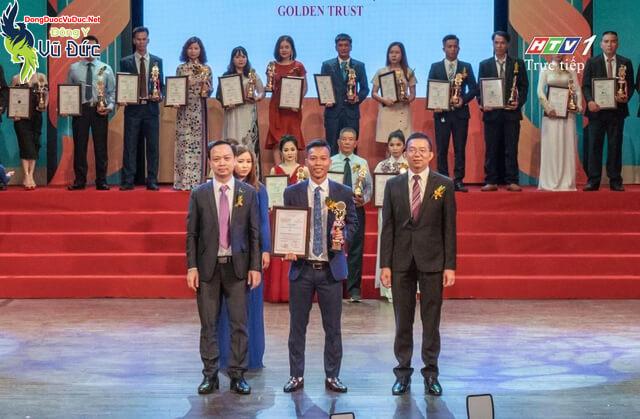 Anh Lộc nhận cúp vinh danh Top 10 thương hiệu do HTV1 phát sóng.